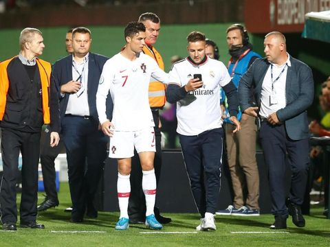 Fans mengajak Cristiano Ronaldo berswafoto.