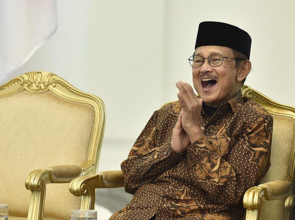 Senyum Khas BJ Habibie, Sang Jenius Kebanggaan Indonesia