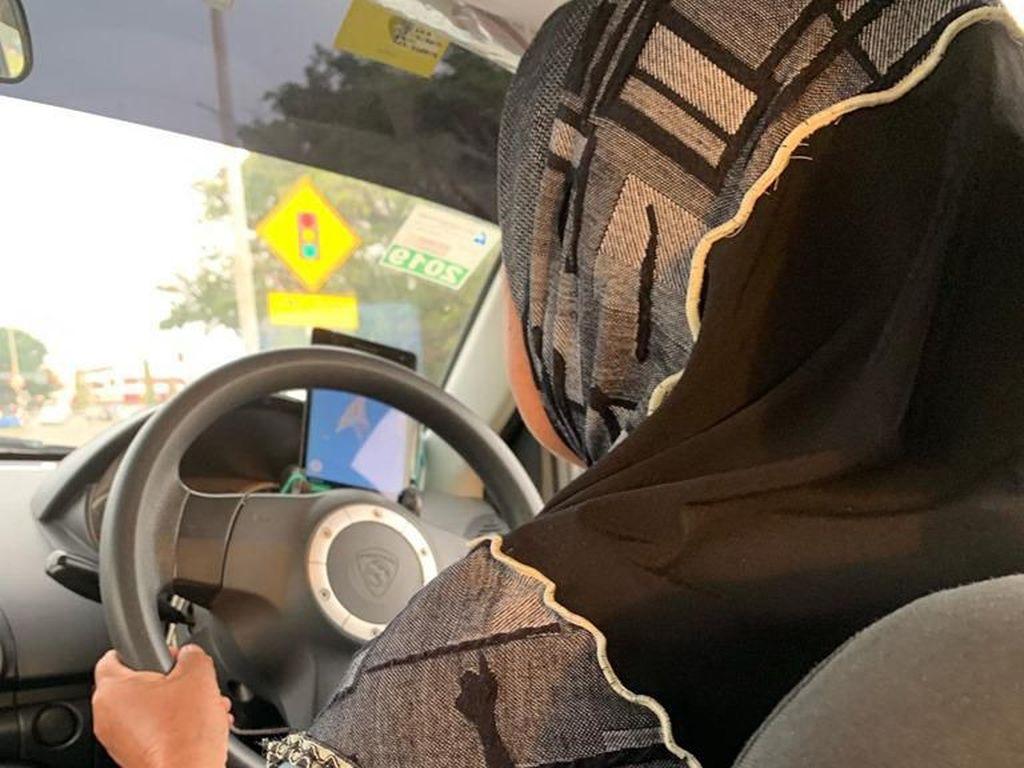 Viral, Kisah Haru Wanita 60 Tahun Jadi Driver Taksi Online Demi Keluarga