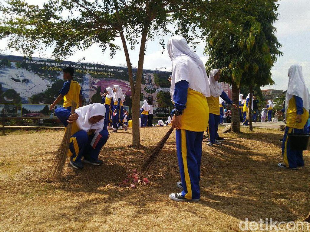 Haornas, Pelajar Ikuti Jalan Sehat Sambil Bersihkan Alun-alun Ciamis