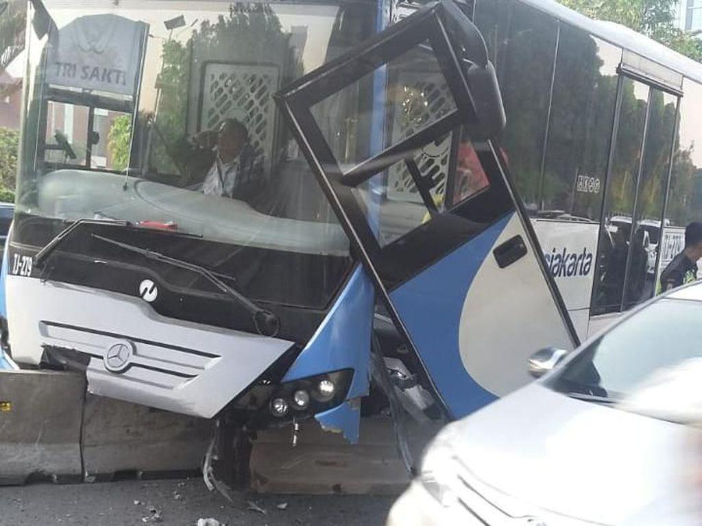Bus Transjakarta Ringsek Usai Tabrak Separator di Jalan S Parman