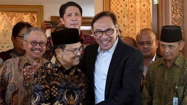 BJ Habibie tak hanya dikenal sebagai Presiden ke-3 RI, sosoknya pun pernah menjabat Menristek di era Soeharto. Berikut potret Habibie bersama para tokoh dunia.