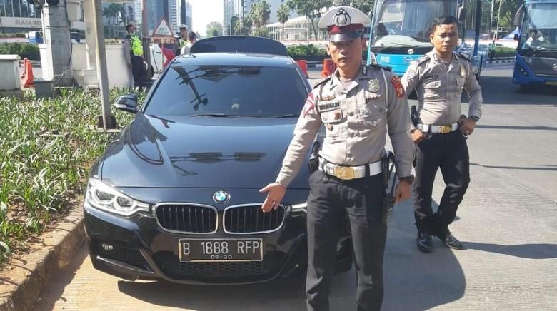 Pakai Nopol Palsu Akali Ganjil Genap Pengemudi Mobil Ditilang Polisi