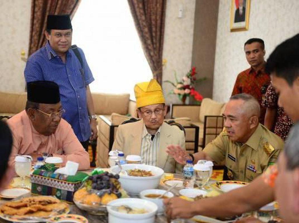 BJ Habibie dengan Kulinerannya hingga Artis yang Hobi Makan Pakai Tangan