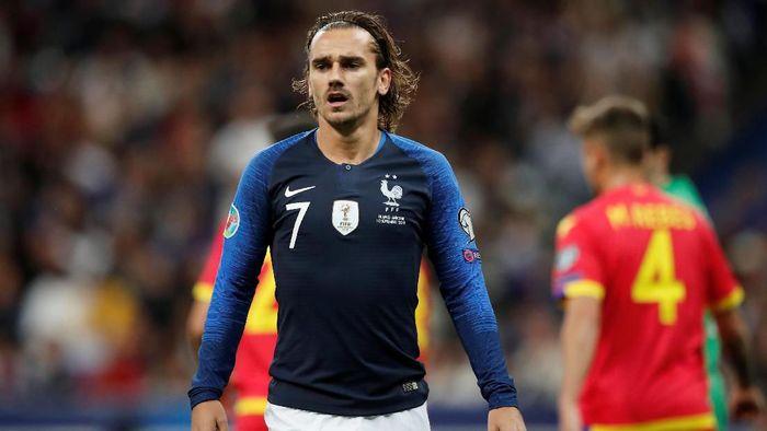 Eksekusi penalti Antoine Griezmann gagal saat Prancis menghadapi Andorra (Foto: Benoit Tessier/Reuters)
