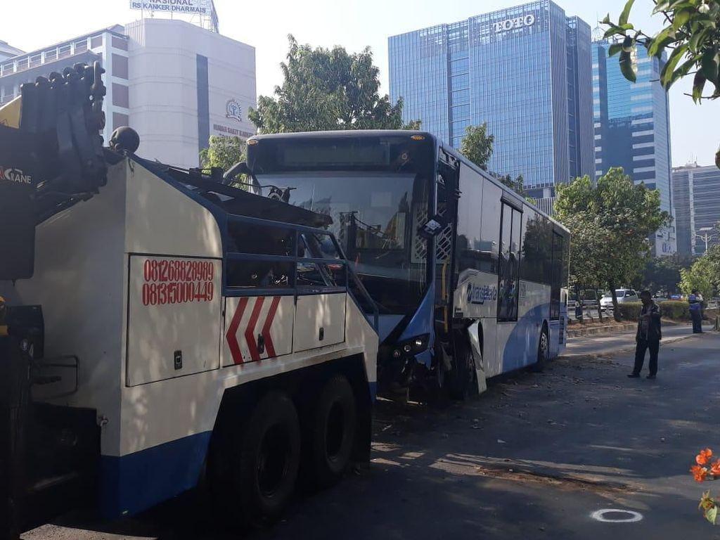 Bus Transjakarta Tabrak Separator Busway di Slipi