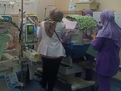 Bayi kembar masih dalam perawatan.