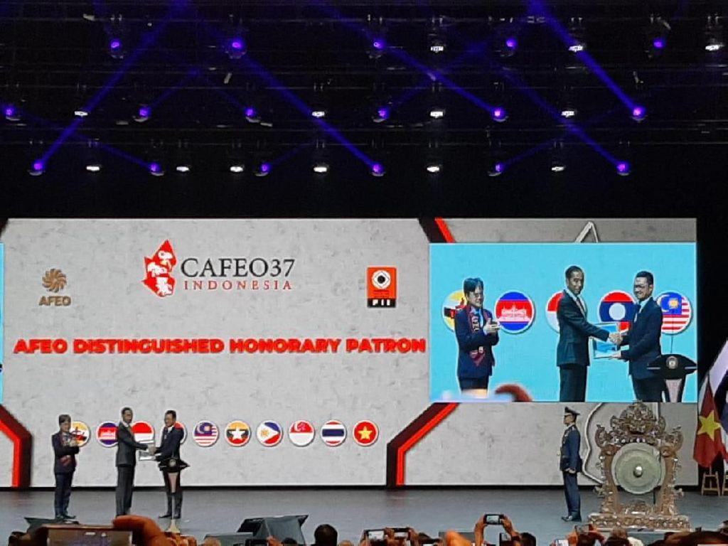 Jokowi Terima Kado dari Asosiasi Insinyur se-ASEAN