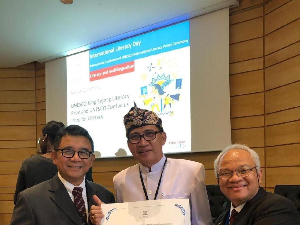 Kamus Bahasa Bali Antar Indonesia Terima Penghargaan Literasi Dunia