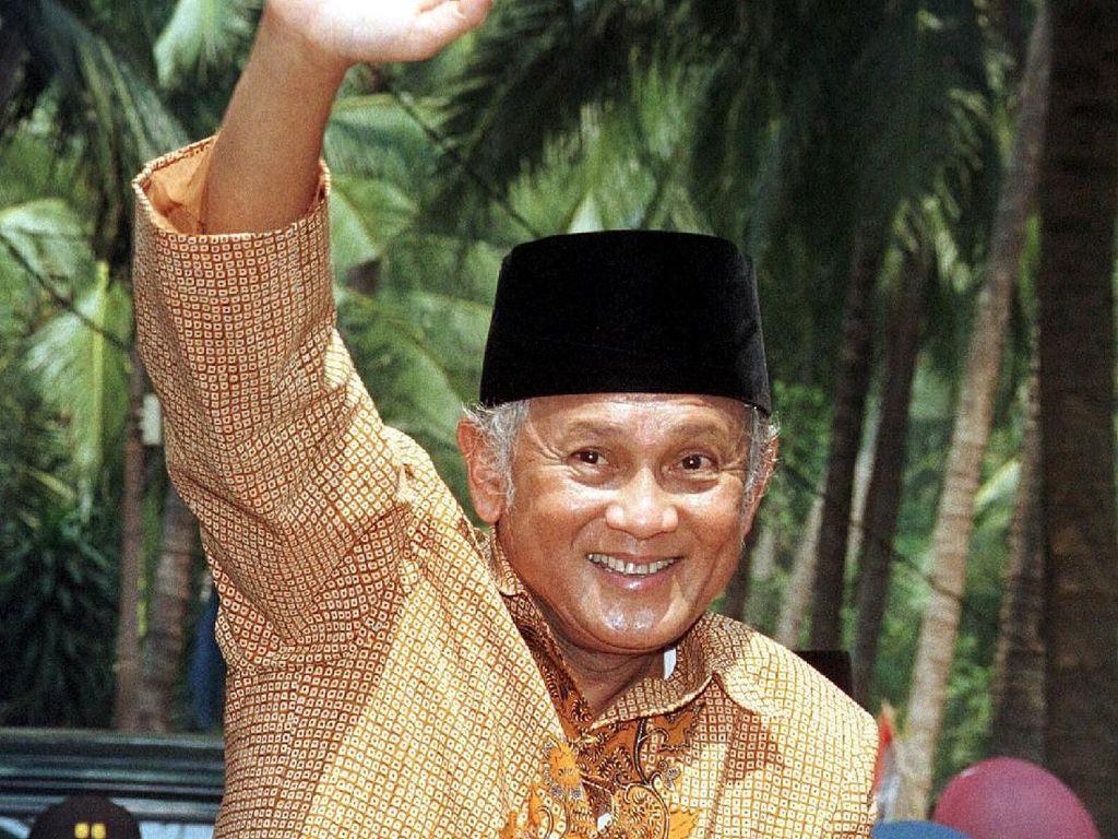 BJ HabibiePernah Bawa RI Keluar dari Krismon 1998