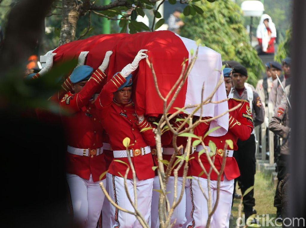 Menteri-menteri Ekonomi Jokowi Hadiri Pemakaman BJ Habibie