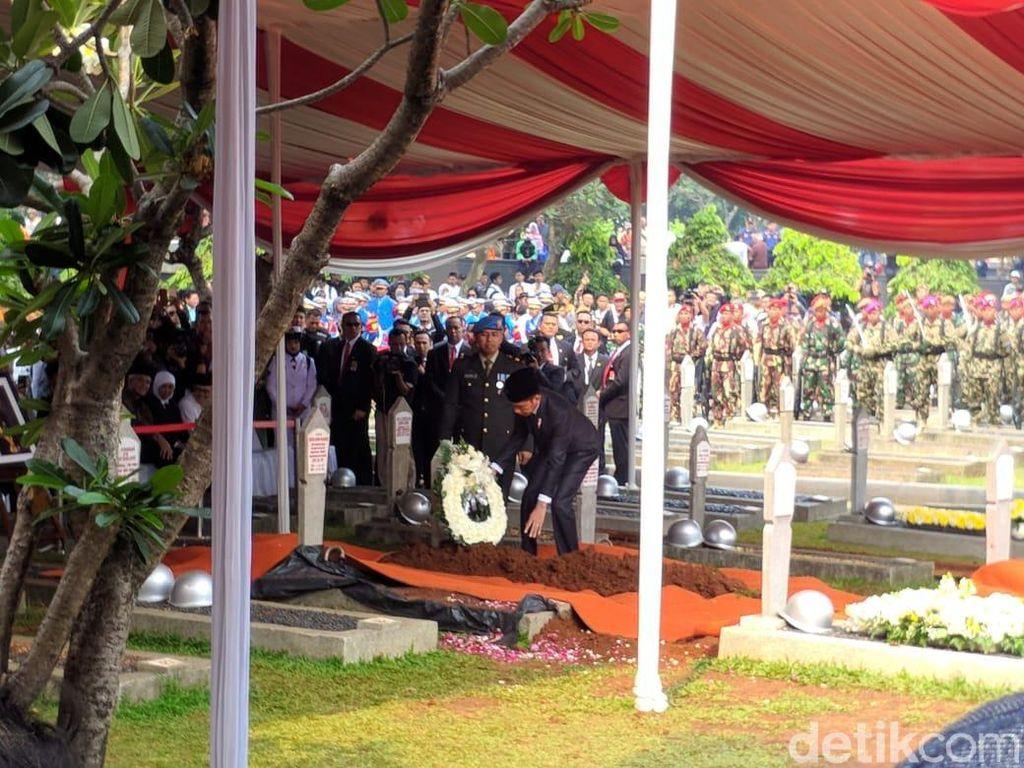Lirik Mendalam Banda Neira untuk Pemakaman BJ Habibie