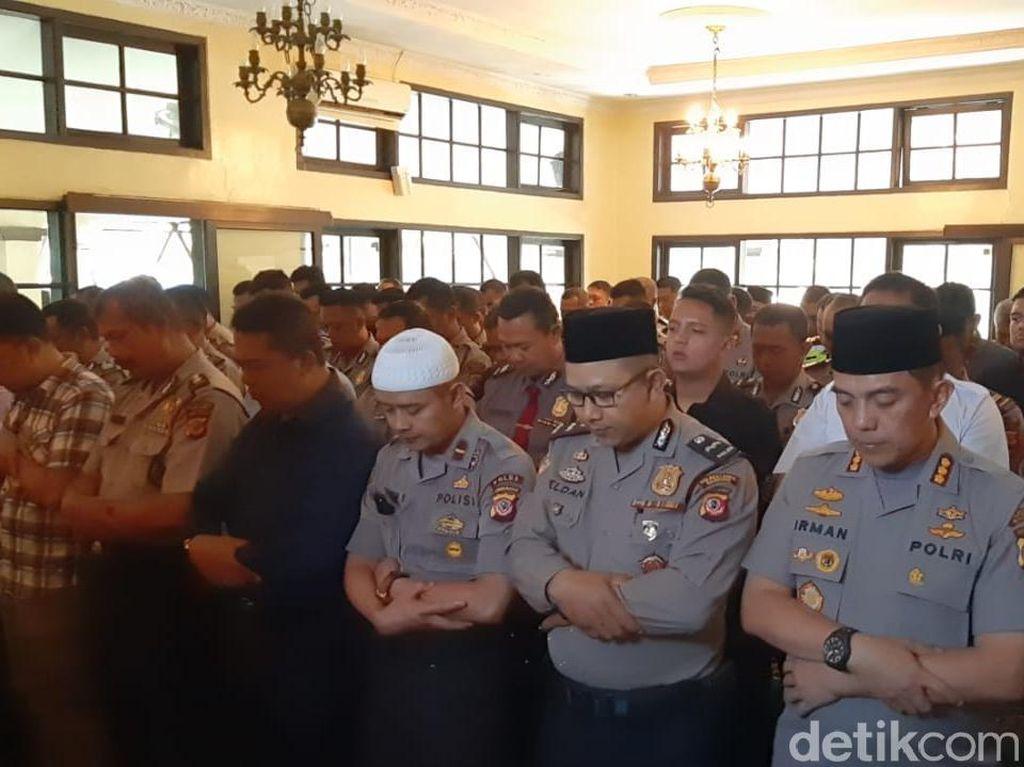 Polisi di Bandung Gelar Salat Gaib untuk BJ Habibie