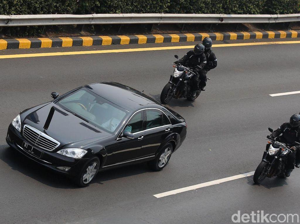 Rombongan Mobil Presiden dan Wapres Menuju TMP Kalibata