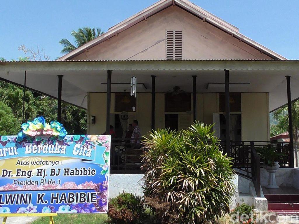 Keluarga hingga Warga Sambangi Rumah Kakek BJ Habibie di Gorontalo