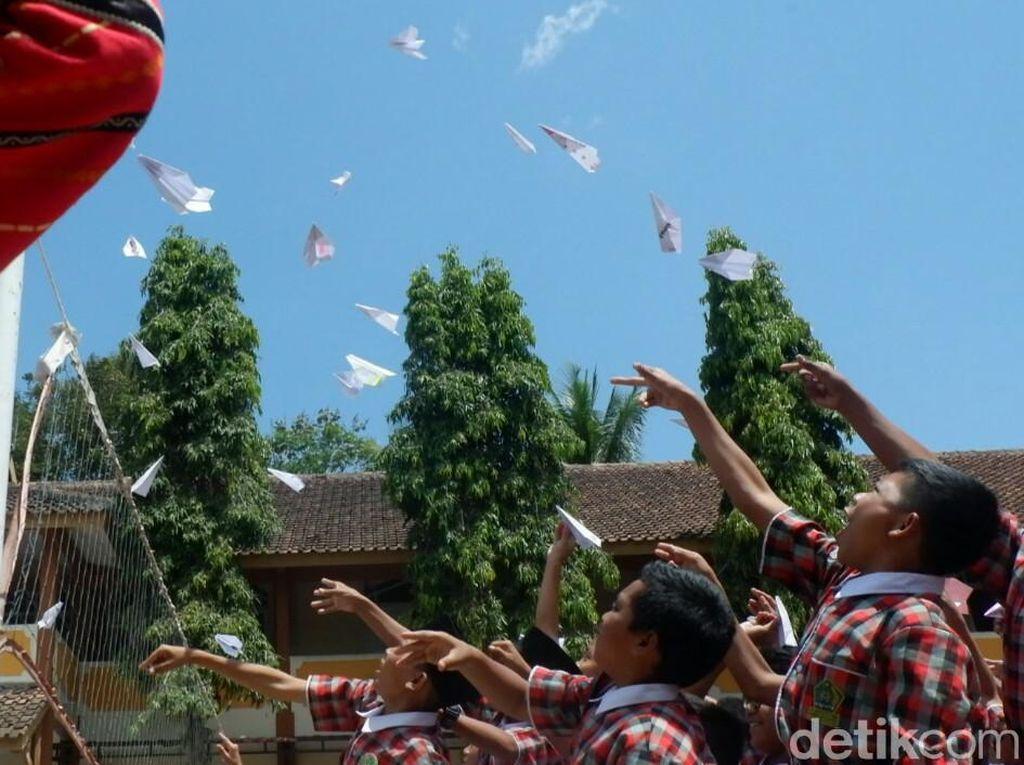 Siswa di Banjarnegara Terbangkan Ratusan Pesawat Kertas untuk BJ Habibie