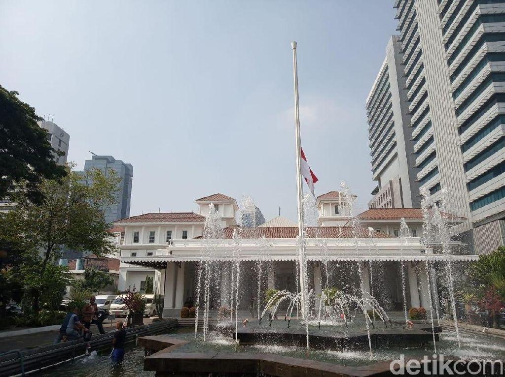 Dukacita BJ Habibie Wafat, Balai Kota DKI Kibarkan Bendera Setengah Tiang