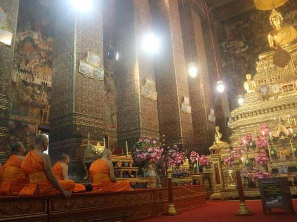 Potret Aktivitas Bhiksu di di Vihara Wat Pho, Bangkok