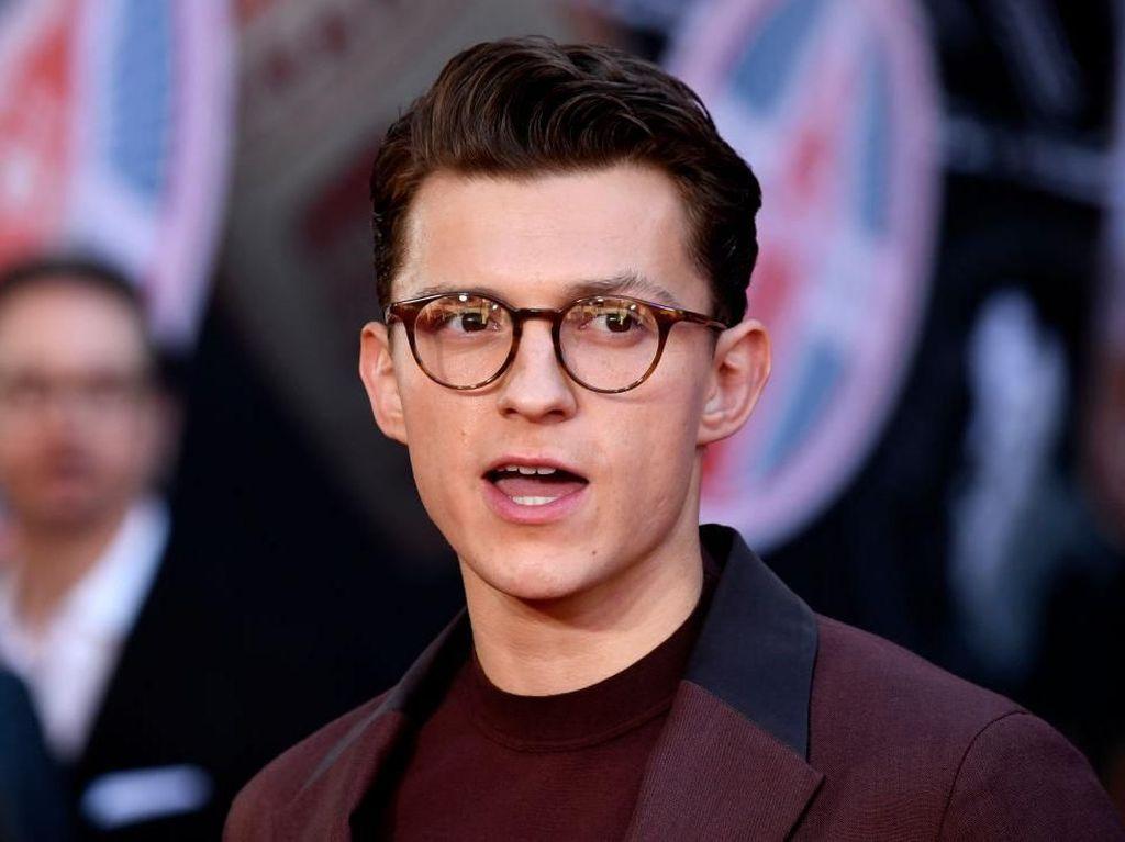 Cara Kocak Tom Holland Umumkan Kembalinya Spider-Man ke MCU