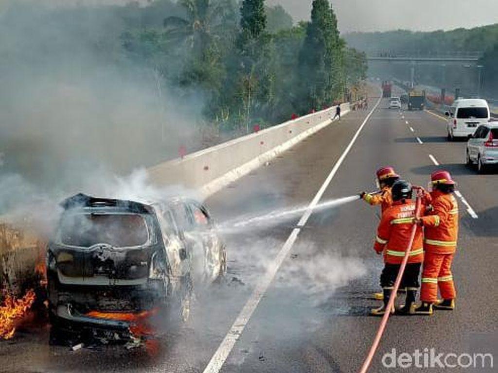 Sebuah Mobil Terbakar di Tol Cipularang