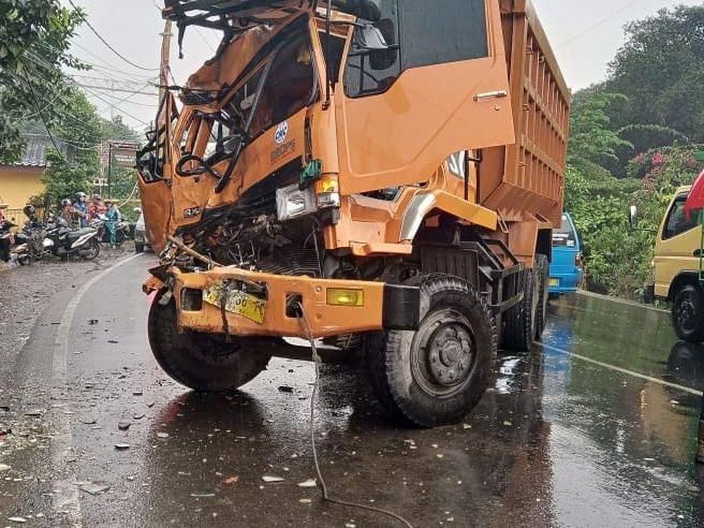 Adu Banteng Bus Vs Dump Truck di Cileungsi, 7 Orang Terluka