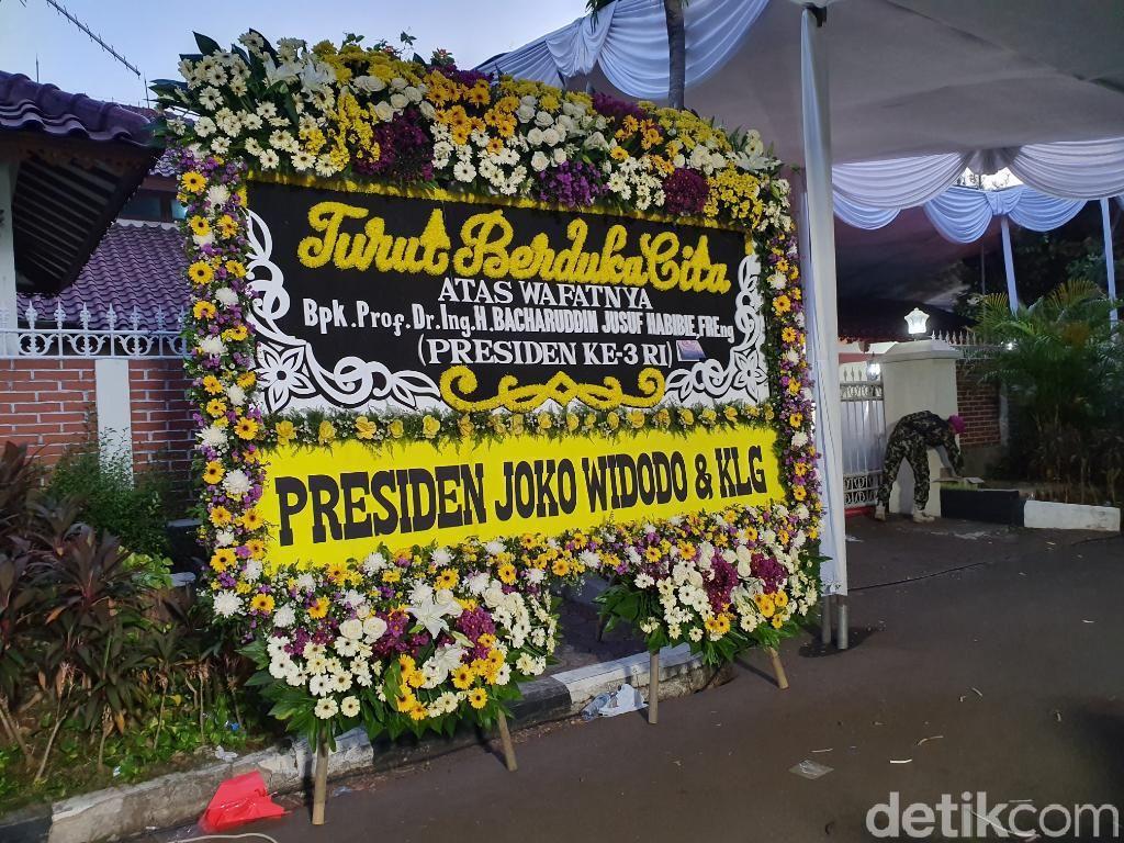 Karangan Bunga Jokowi-Maruf Berdiri di Halaman Rumah Duka Habibie