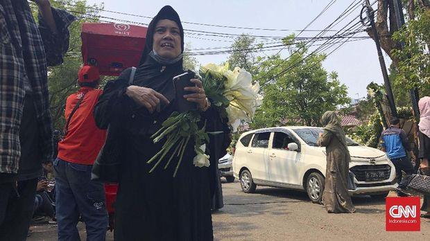 Untuk Kenangan, Warga Berebut Karangan Bunga Duka Habibie