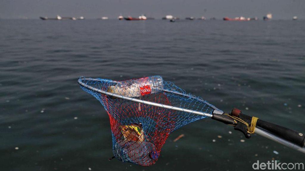 Aksi Bersihkan Sampah Laut Sambut Hari Perhubungan Nasional
