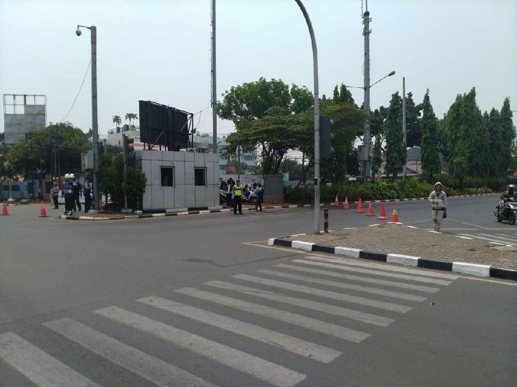 Arus Lalin Ditutup, Jalan TMP Kalibata Dipasangi Traffic Cone