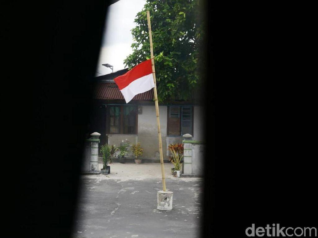 Bendera Setengah Tiang dari Warga Miangas untuk BJ Habibie