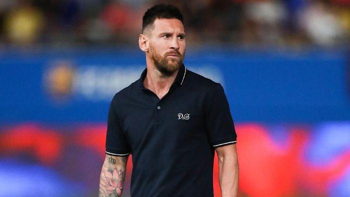 Lionel Messi sudah absen selama satu bulan karena cedera betis (Foto: David Ramos/Getty Images)