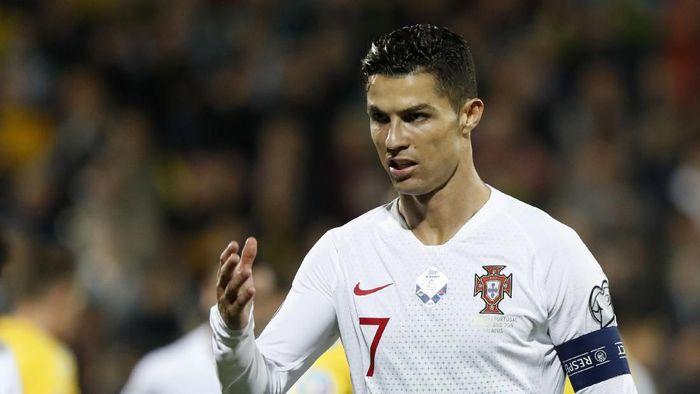 Cristiano Ronaldo mengancam rekor gol Ali Daei. (Foto: Mindaugas Kulbis/AP Photo)