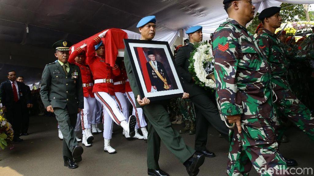 Berbalut Merah Putih, Jenazah BJ Habibie Diberangkatkan ke TMP Kalibata