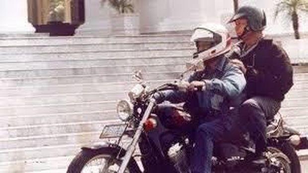 Menristek BJ Habibie memboncengkan Presiden Soeharto