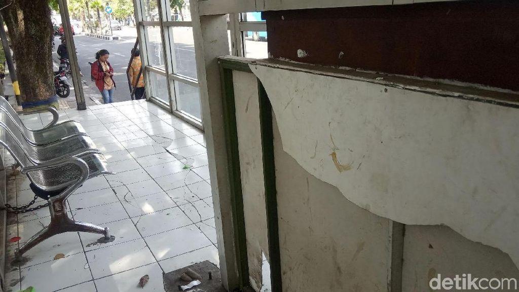 Duh, Halte Trans Metro Bandung Rusak dan Tak Terawat
