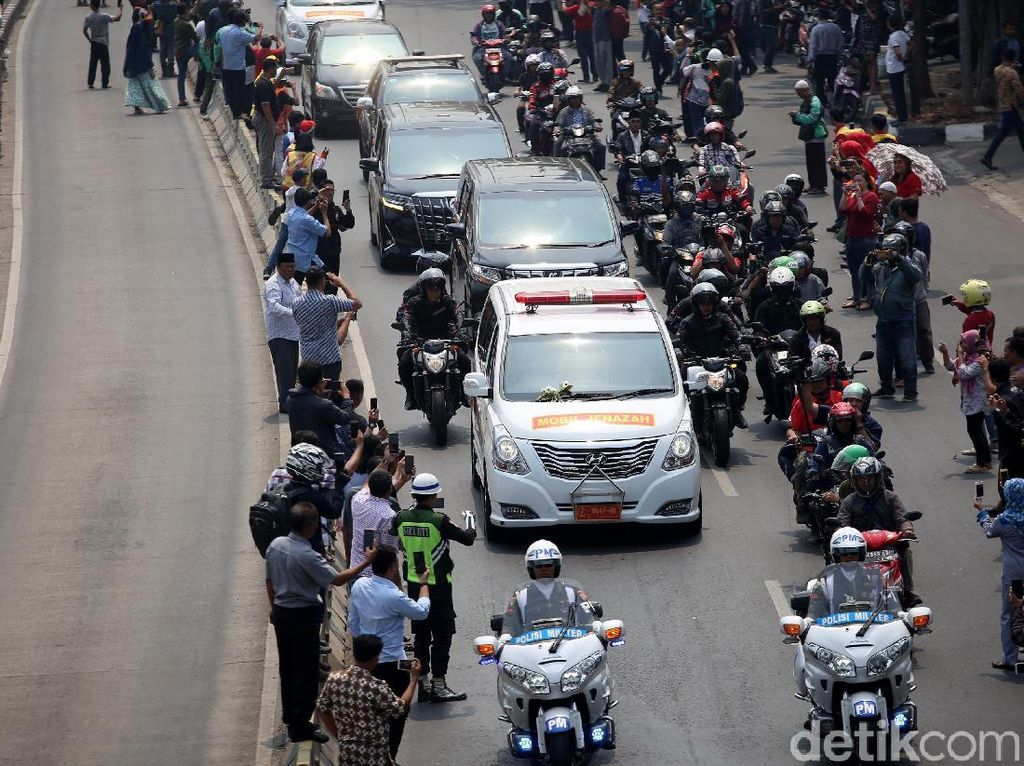 Potret Iring-iringan Mobil Jenazah BJ Habibie Menuju Kalibata