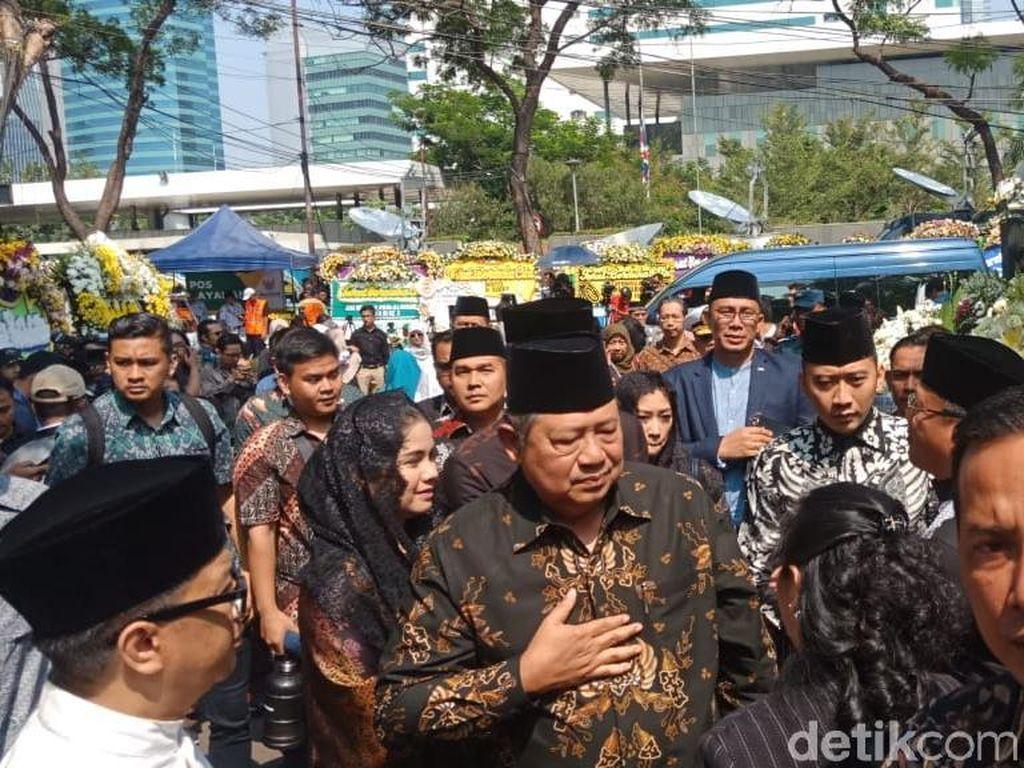 Didampingi AHY dan Ibas, SBY Melayat ke Rumah Duka BJ Habibie