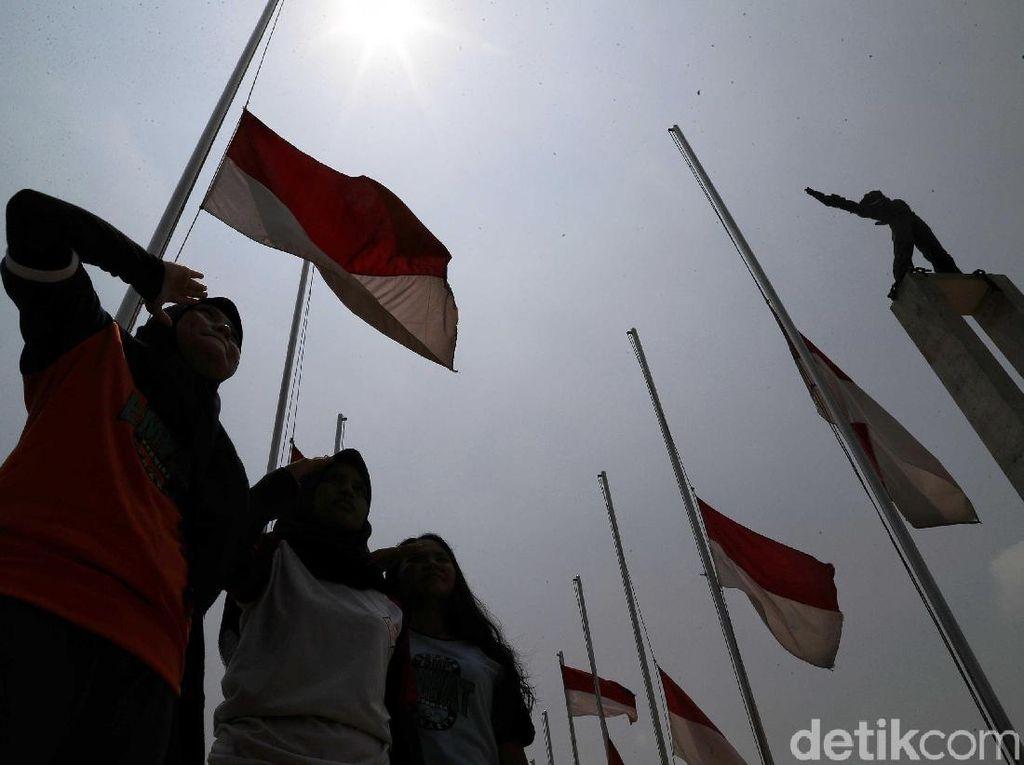 Lapangan Banteng Kibarkan Bendera Setengah Tiang untuk BJ Habibie