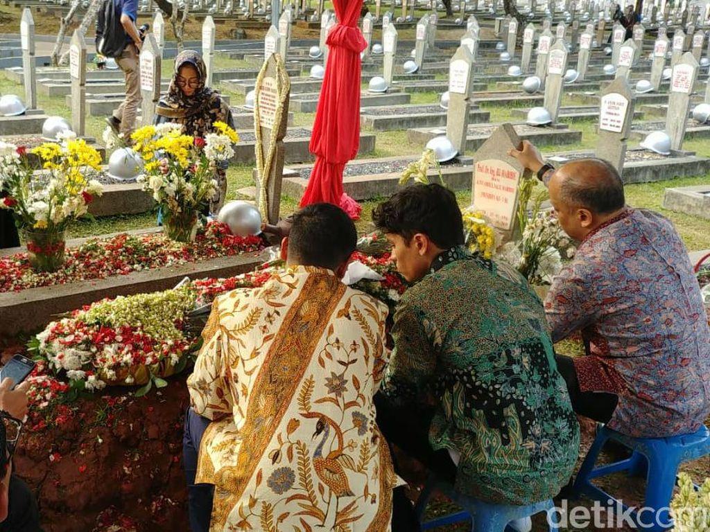 Video Putra dan Cucu Berziarah ke Makam BJ Habibie-Ainun