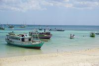 Perahu-perahu yang siap membawa para peselancar ke tengah laut (Afif Farhan/detikcom)