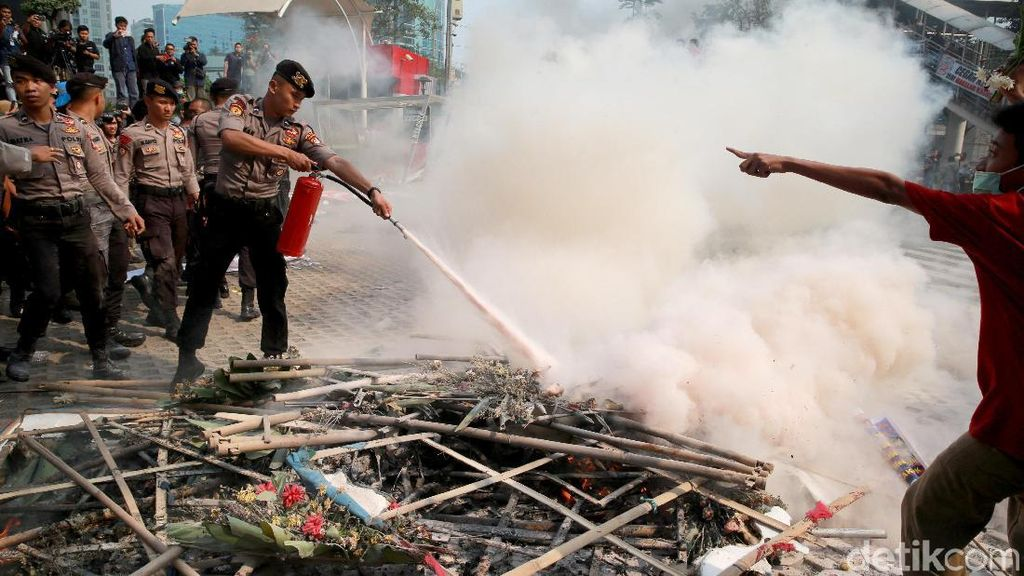 Penampakan Sisa-sisa Demo Ricuh Berserakan di Depan KPK