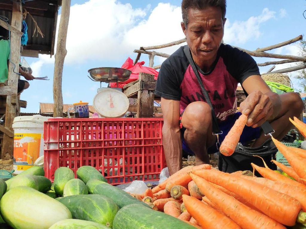 Bisnis Bangkrut, Yohanes Jual Sayuran Demi Sarjanakan Anak