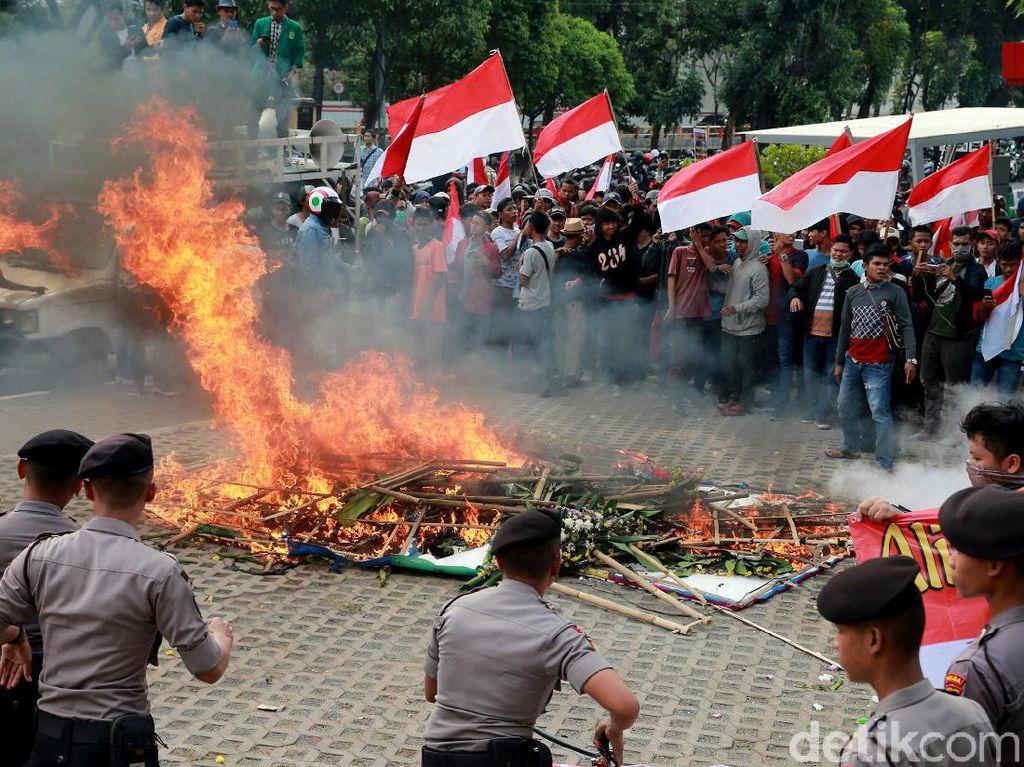 Massa Demo Ricuh di KPK Bakar Karangan Bunga