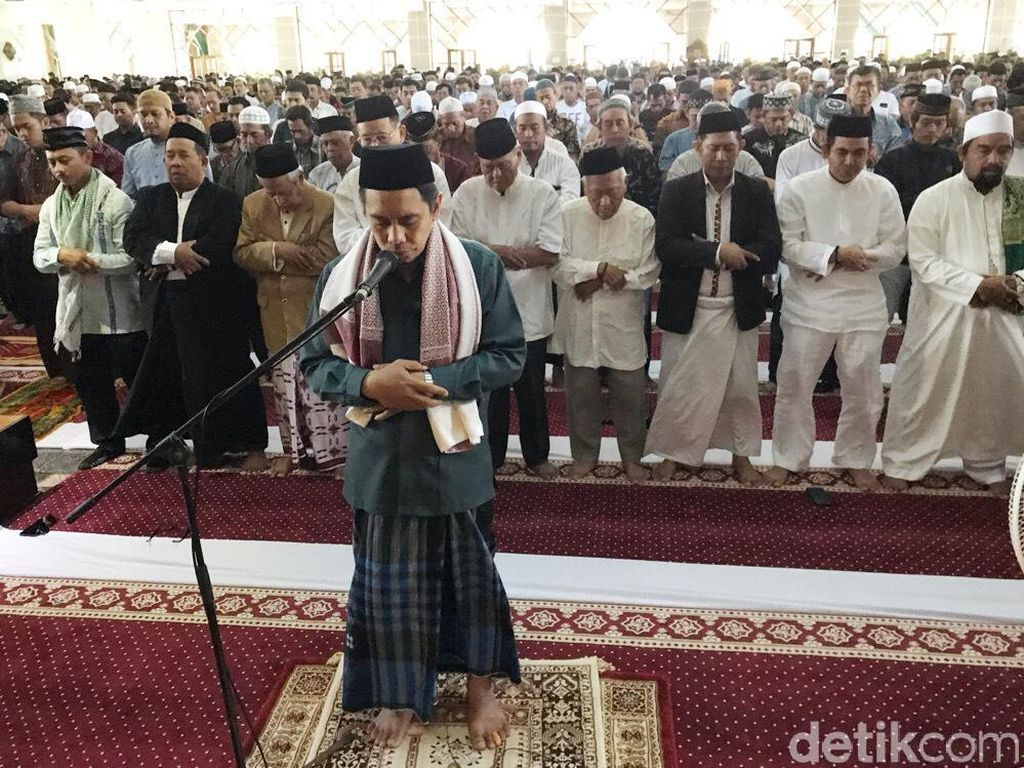 Jemaah Masjid Al Markaz di Makassar Salat Gaib untuk BJ Habibie