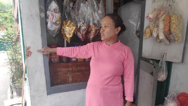 Pemilik warung tunjuukan bekas bercak darah Haedar.