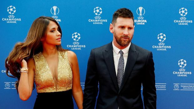 Soccer Football - Champions League Group Stage draw - Grimaldi Forum, Monaco - August 29, 2019   Barcelona's Lionel Messi with his wife Antonella Roccuzzo before the draw   REUTERS/Eric Gaillard