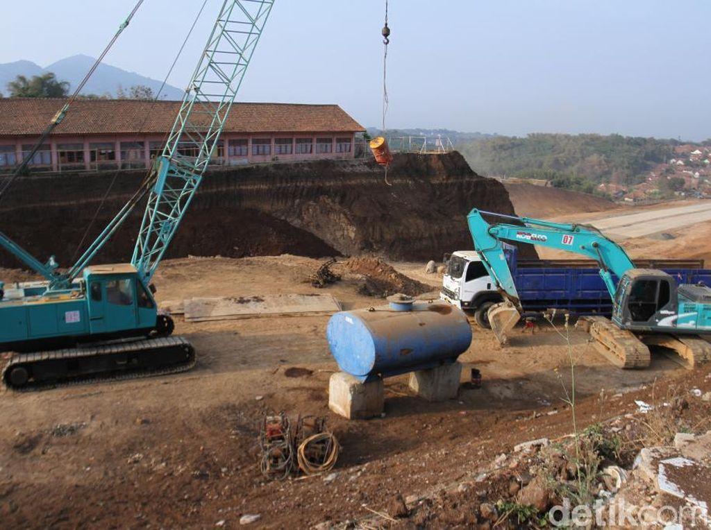 Bangunan SD di Sumedang Ini Dikepung Galian Proyek Tol Cisumdawu