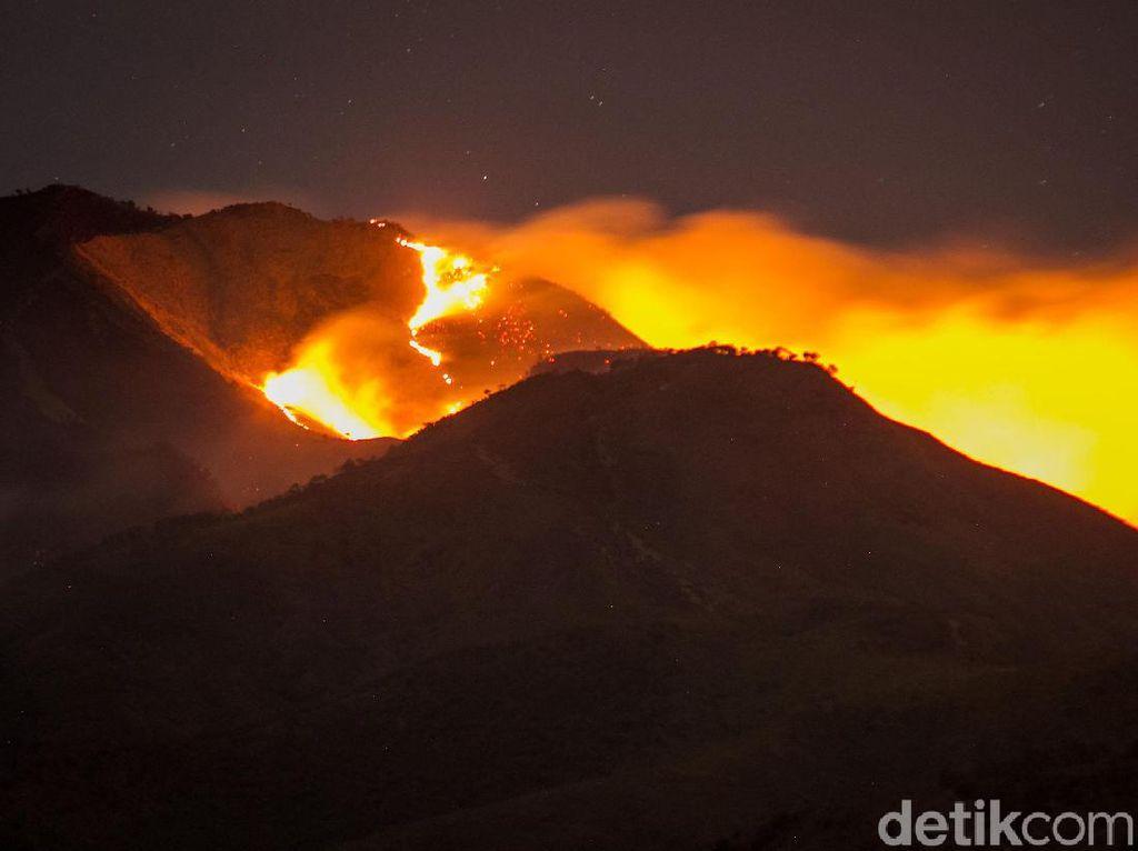 Penampakan Kobaran Api yang Membakar Gunung Merbabu