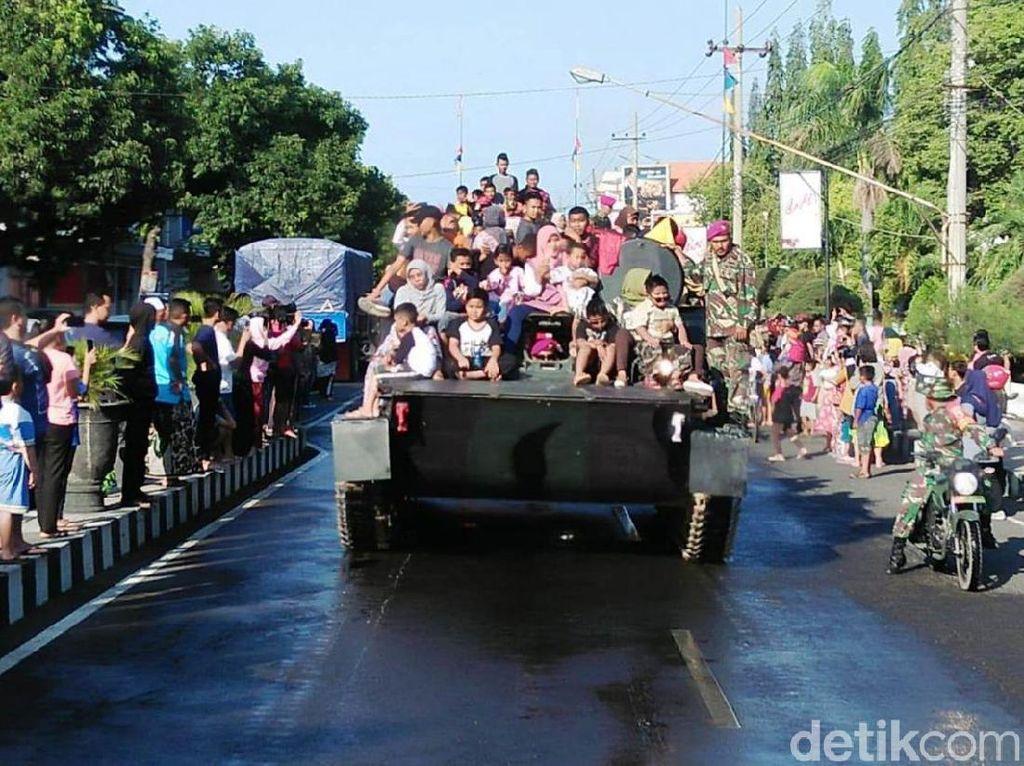 Warga Situbondo Berebut Naik Kendaraan Tempur Marinir Saat Parade