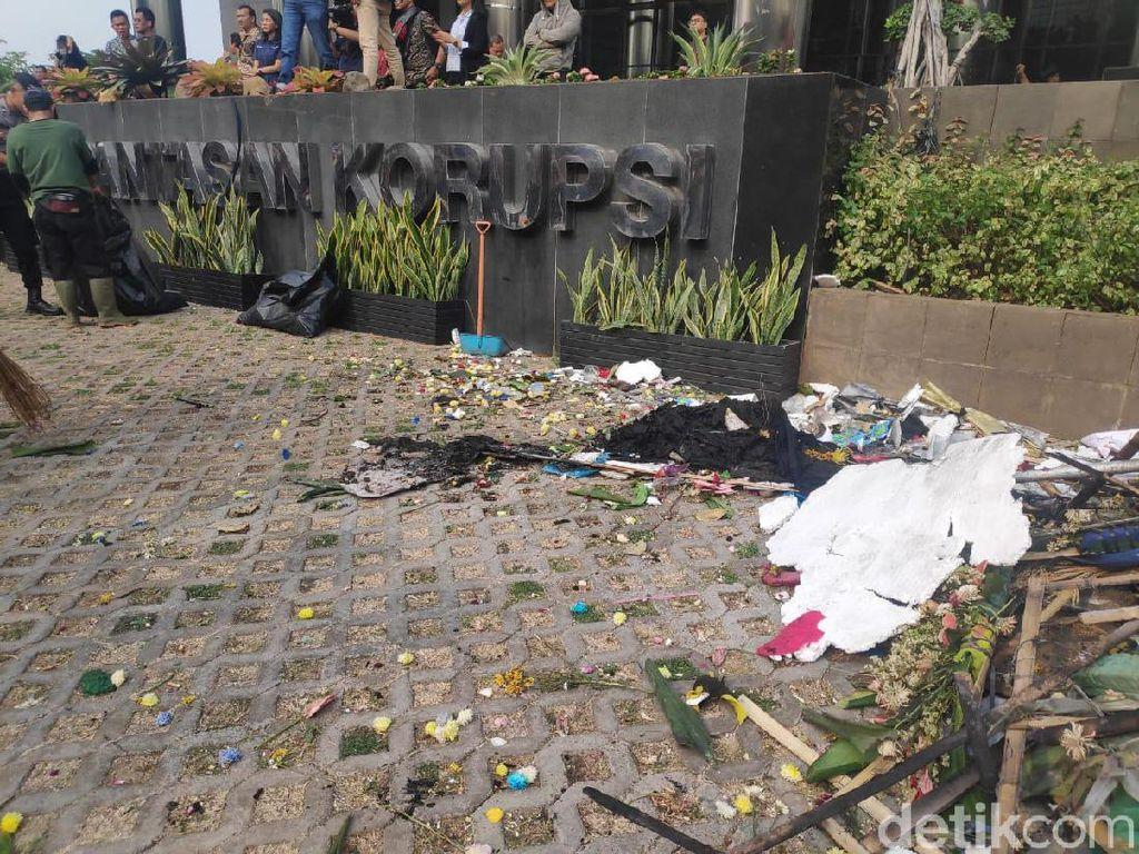 Demo Ricuh di KPK Tinggalkan Bekas Ban dan Karangan Bunga Dibakar